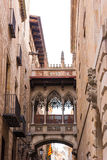 БАРСЕЛОНА, ИСПАНИЯ - 16-ОЕ ФЕВРАЛЯ 2017: Готический квартал, Carrer del Bisbe вертикально Стоковые Изображения RF