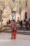 БАРСЕЛОНА, ИСПАНИЯ - 16-ОЕ ФЕВРАЛЯ 2017: Женщина в цветках около собора святых креста и St Eulalia скопируйте космос Стоковые Фотографии RF