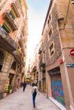 БАРСЕЛОНА, ИСПАНИЯ - 16-ОЕ ФЕВРАЛЯ 2017: Люди идут вниз с улицы скопируйте космос Стоковое Изображение RF