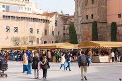 БАРСЕЛОНА, ИСПАНИЯ - 16-ОЕ ФЕВРАЛЯ 2017: Ярмарка около собора святых креста и St Eulalia Стоковые Изображения RF