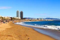 БАРСЕЛОНА, ИСПАНИЯ - 13-ое февраля 2016: Взгляд пляжа Barceloneta в Барселоне, Испании Она один из самого популярного пляжа в Евр Стоковые Изображения RF