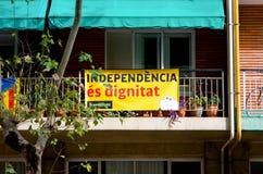 БАРСЕЛОНА, ИСПАНИЯ - ОКТЯБРЬ 21: Знамя на balcons balcon в поддержку референдума для независимости Каталонии от Испании на Octo Стоковые Изображения