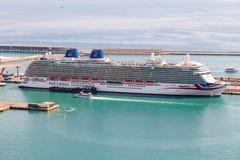 Барселона, Испания - сентябрь 2017 Круизы туристического судна P&O состыковали на порте Барселоны Стоковые Изображения