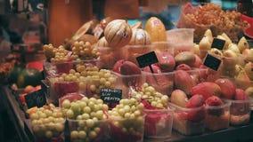 Барселона, Испания - сентябрь 2018: Ла Boqueria рынка древнего города Свежие фрукты лежат на счетчике с ценниками видеоматериал
