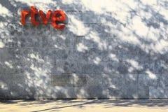 БАРСЕЛОНА - ИЮНЬ 2018: Логотип телевидения радио испанских центральных телефонных станций RTVE испанский в штабах строя, 19-ого и Стоковые Изображения RF