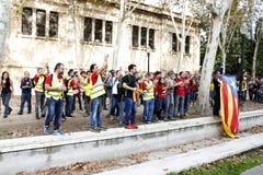 Барселона, Каталония, Испания, 27-ое октября 2017: люди празднуют голосование для того чтобы объявить независимость Catalunya око Стоковая Фотография RF