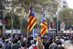 Барселона, Каталония, Испания, 27-ое октября 2017: люди празднуют голосование для того чтобы объявить независимость Catalunya око Стоковое Фото