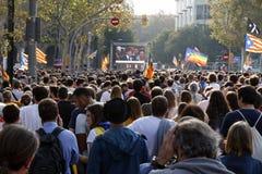 Барселона, Каталония, Испания, 27-ое октября 2017: люди празднуют голосование для того чтобы объявить независимость Catalunya око Стоковое Изображение