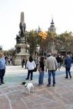 Барселона, Каталония, Испания, 27-ое октября 2017: люди празднуют голосование для того чтобы объявить независимость Catalunya око Стоковое Изображение RF
