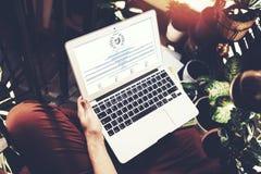 Барселона, Испания -01 02 2016: Взгляд человека вызывает вебсайт wikipedia Родовая компьтер-книжка дизайна на его коленях изображ Стоковое Изображение