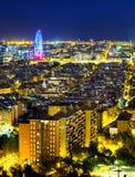 Барселона, Испания загорелась на ноче стоковые фото