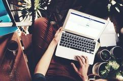 Барселона, Испания -01 02 2016: Зарегистрированная человеком страница facebook Родовая компьтер-книжка дизайна на его коленях Соц Стоковые Фото