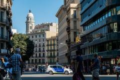 Барселона, Испания - 17-ое августа 2017: испанская полиция патрулирует центр города около catalunya placa после терактов Стоковые Фотографии RF