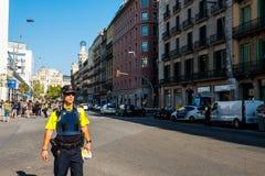 Барселона, Испания - 17-ое августа 2017: испанская полиция патрулирует центр города около catalunya placa после терактов Стоковая Фотография RF