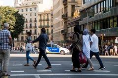 Барселона, Испания - 17-ое августа 2017: испанская полиция патрулирует центр города около catalunya placa после терактов Стоковое Изображение