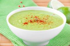 Бархатистый cream суп от нежные зеленые горохи с паприкой Стоковое Изображение
