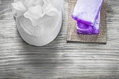 Бары губки ванны handmade мыла белой на trea курорта деревянной доски Стоковые Фотографии RF