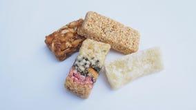 Бары карамельки при арахисы изолированные на белой предпосылке Стоковые Фото
