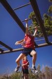 Бары обезьяны девушки взбираясь во время тренировки полосы препятствий Стоковое Изображение RF
