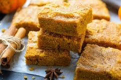 Бары тыквы с коркой сахара циннамона, свеже испеченной тыквой Blondies стоковое изображение rf