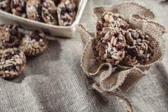 Бары хлопьев, семена подсолнуха, хрупкое арахиса стоковое изображение rf