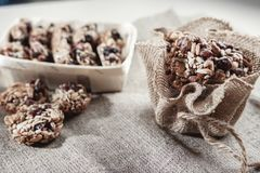 Бары хлопьев, семена подсолнуха, хрупкое арахиса стоковые фото