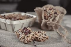 Бары хлопьев, семена подсолнуха, хрупкое арахиса стоковая фотография rf
