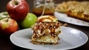 Бары чизкейка яблока карамельки, чизкейк яблока с соусом яблок карамельки сток-видео
