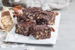 Бары энергии шоколада Paleo с свернутыми овсами, гайками пекана, датами, семенами chia и хлопьями кокоса, космосом экземпляра Стоковое Изображение RF