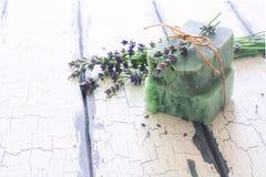 Бары handmade мыла с лавандой цветут над белым деревянным grun Стоковое Изображение