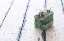Бары handmade мыла с лавандой цветут над белым деревянным grun Стоковое Фото