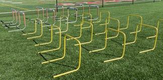 Барьеры настроенные на поле дерновины для практики прочности и подвижности стоковые изображения rf