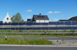 Барьеры шума с интегрированными панелями солнечных батарей стоковое изображение