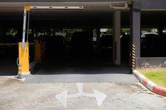 Барьер автостоянки, автоматическая система входа Система безопасности для построения доступа - стопа ворот барьера с будкой для с стоковое изображение