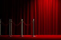 Барьер веревочки с красным ковром и занавесом Стоковые Фото