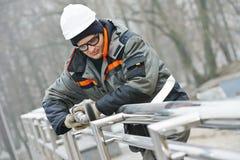 Барьер загородки металла работника полируя Стоковые Фото