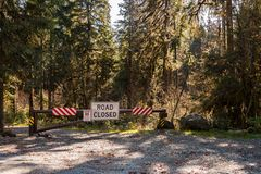 Барьер и закрытый дорожный знак около дороги озера хлебопек в каскадах Norh стоковое фото rf