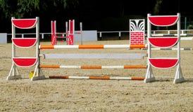 Барьер, который нужно поскакать на лошадь на беговой дорожке Стоковое Изображение RF