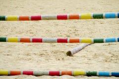 Барьер, который нужно поскакать на лошадь на беговой дорожке Стоковая Фотография RF