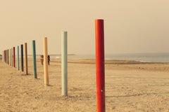 Барьер поляка на пляжном против ландшафта голубого неба ond моря пляжа Стоковое Фото