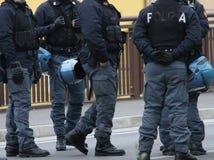 Барьер с полицейскиями во время рейда против контрабанды наркотиков стоковые изображения rf
