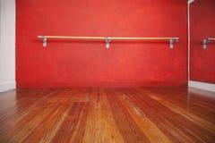 Бар балета против стены в пустой студии Стоковые Изображения RF