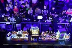 Бар вполне с алкогольными напитками и коктеилями Стоковые Изображения RF