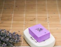 Бар естественного мыла lavandah на белом блюде мыла Стоковое Изображение