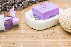 Бар естественного мыла lavandah на белом блюде мыла Стоковые Изображения