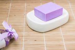 Бар естественного мыла lavandah на белом блюде мыла Стоковая Фотография RF