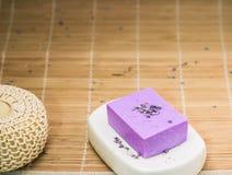Бар естественного мыла lavandah на белом блюде мыла Стоковое Фото
