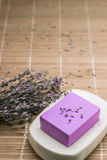 Бар естественного мыла lavandah на белом блюде мыла Стоковое фото RF