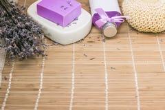 Бар естественного мыла lavandah на белом блюде мыла Стоковые Фото