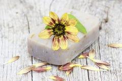 Бар естественных мыла и цветков Стоковая Фотография